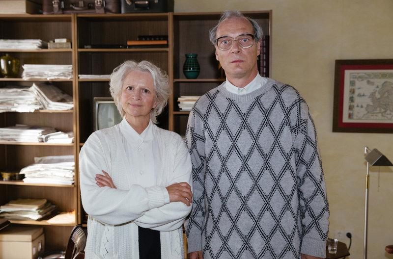 Margot Honecker (Johanna Gastdorf) wacht eisern darüber, dass kein Fotograf kompromittierende Bilder von ihrem Mann Erich Honeckers (Martin Brambach) machen kann. – Bild: ARD Degeto/Fréderic Batier / ARD Degeto/Programmplanung und P