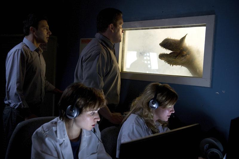 In Los Angeles experimentiert eine Biotech Firma in einem Museum mit der DNA ausgestorbener Urzeit-Echsen, um Dinosaurier zu züchten. Das Experiment glückt und das unausweichliche passiert. – Bild: RRS