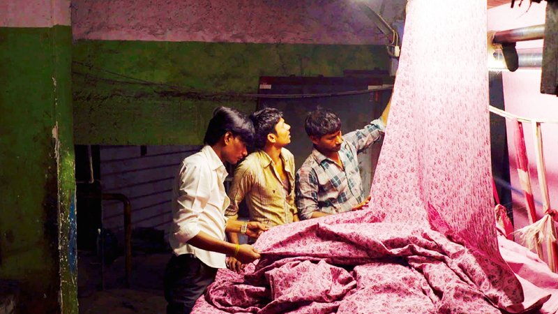 Die grausame Welt einer indischen Textilfabrik – Bild: TVNOW / PALLAS Film