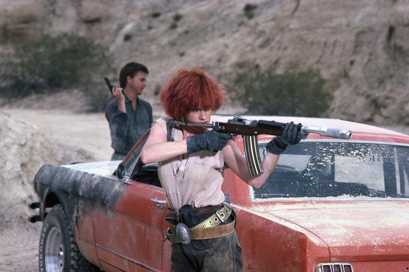 Sam (David Andrews) will sich auf dem Roboterfriedhof in der Wüste eine neue intakte Cherry holen. Doch weil dieses Gebiet von Rebellen kontrolliert wird, ist er auf die Hilfe der ortskundigen Kopfgeldjägerin Edith Johnson (Melanie Griffith) angewiesen. – Bild: Tele 5