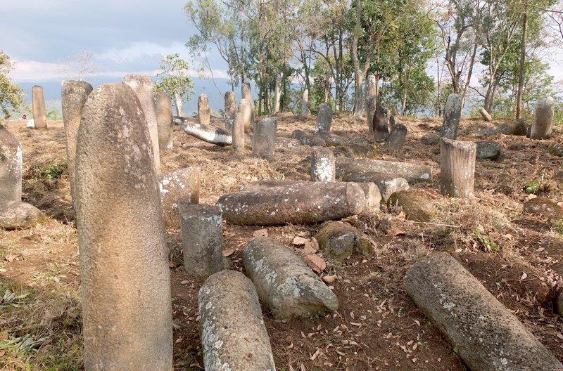 Mehrere Tausend phallische Stelen sind über ein weites Gebiet im Süden Äthiopiens verstreut. – Bild: ARTE F / © Alain Tixier