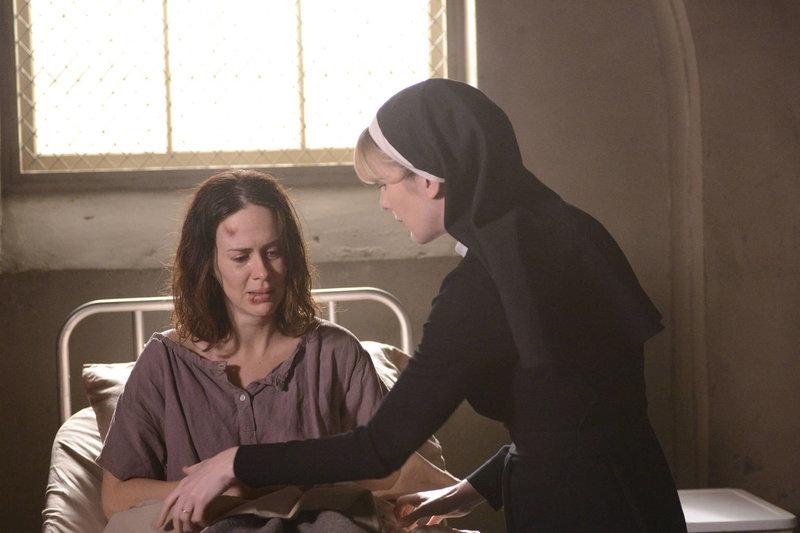 Jahr 1964: Schwester Mary Eunice McKee (Lily Rabe, r.) beteuert, dass Lana Winters (Sarah Paulson, l.) nun endlich in Sicherheit ist und sich keine Sorgen machen muss ... – Bild: ProSieben Fun