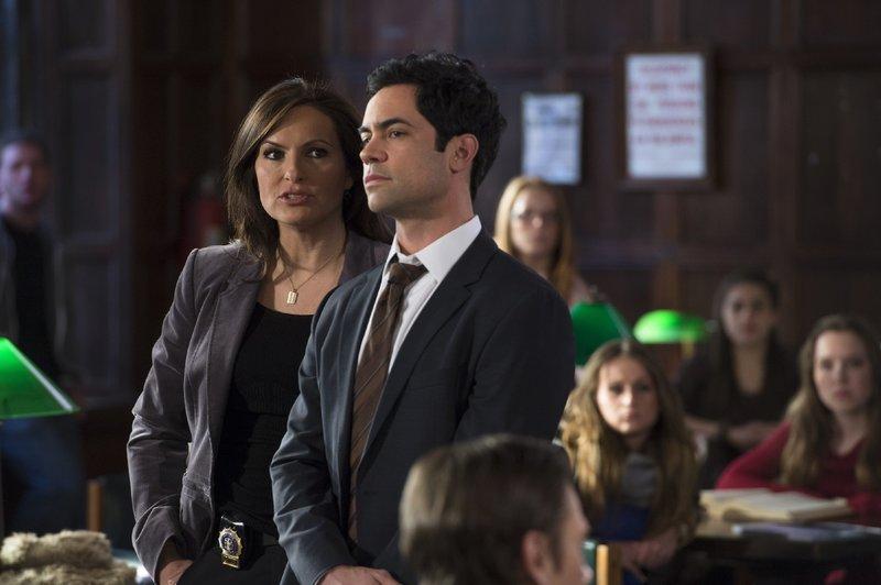 Olivia Benson (Mariska Hargitay) und Nick Amaro (Danny Pino) ermitteln an einer Universität: Ein Mädchen wurde auf einer Verbindungsfeier vergewaltigt. – Bild: TVNOW / Universal Foto: TVNOW / Universal