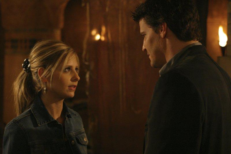 L-R: Buffy Summers (Sarah Michelle Gellar), Angel (David Boreanaz) – Bild: Syfy
