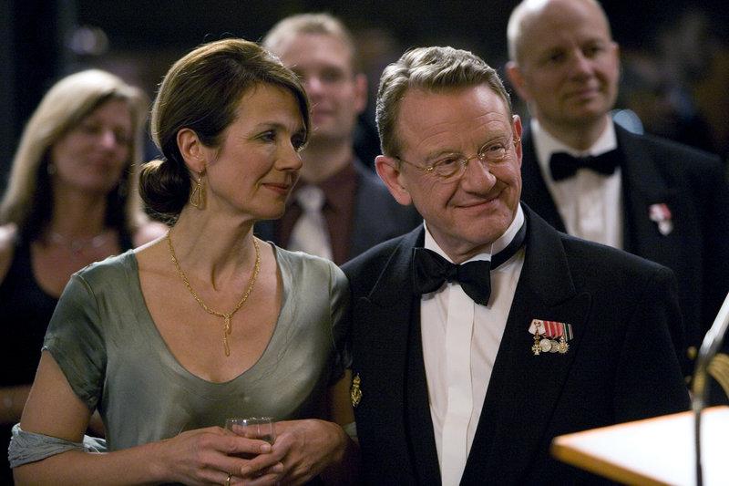 Lange-Erichsen (Henning Jensen, r.) wird bald einer der mächtigsten Männer im Land sein... (andere Darsteller unbekannt) – Bild: ZDF und Ole Kragh-Jacobsen