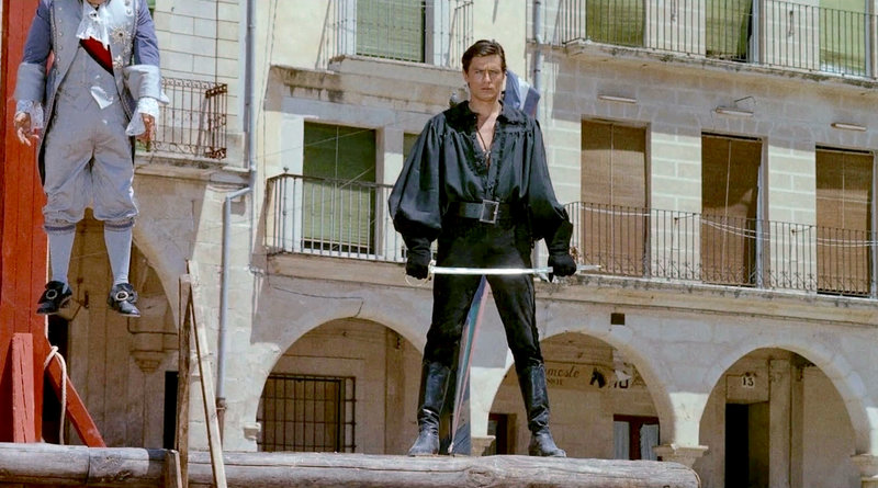 """Der Graf Guillaume de Saint Preux (Alain Delon, re.) ist """"die schwarze Tulpe"""": Nacht für Nacht überfällt er seine reichen Bekannten vom Hofe - und wird vom Volk als Held gefeiert. – Bild: ARTE France / © Méditerranée Cinéma/Mizar Films/Agata Film 1964"""