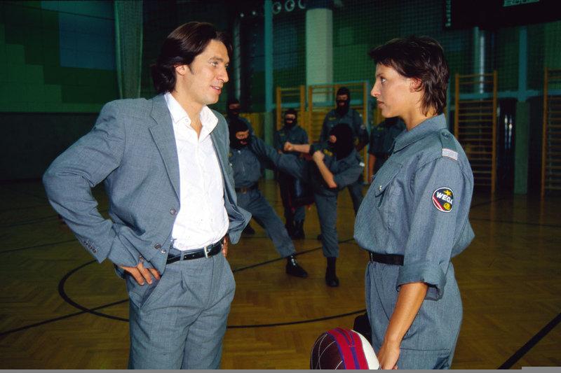 Kommissar Moser (Tobias Moretti, l.) trifft sich mit der Kollegin Elisabeth Böhm (Sabine Petzl, r.), die bei der Jugendpolizei arbeitet. Er möchte mit ihr ein Liebespaar mimen, um dem Auen-Mörder eine Falle zu stellen. – Bild: Sat.1 Gold