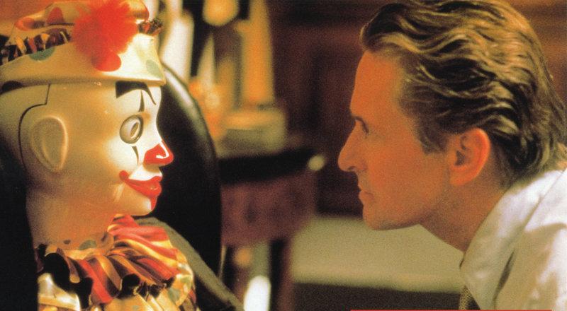 Ein Teil des Spiels: Nicholas Van Orton (Michael Douglas) erhält von einer Puppe einen mysteriösen Schlüssel. – Bild: ZDF und Anthony Friedkin