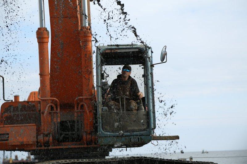 Cool shot of Hank Schimschat digging up a muddy mess. – Bild: Discovery Communications