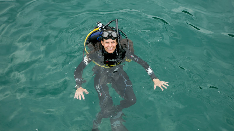 Mehgan Heaney-Grier getting ready to scuba dive. – Bild: Photobank 33973_ep103_001 / Discovery Communications