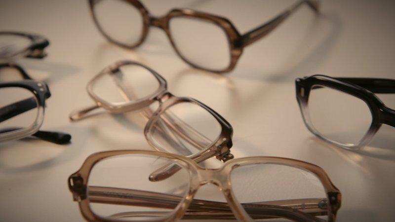 Kassengestelle der 70er-Jahre: Acht Brillengestelle standen früher auf Krankenkassen-Rezept zur Auswahl. – Bild: ZDF und Oliver Hans Wolf.