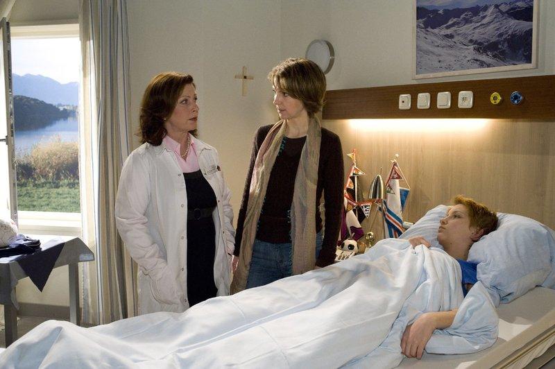 Prof. Dr. Johanna Lindner (Bettina Redlich, l.) erklärt Andrea (Astrid Pochmann, m.) und Tochter Daniela Schneider (Lisa Reuter, r.) wie es mit der Behandlung weiter geht. – Bild: ORF 2