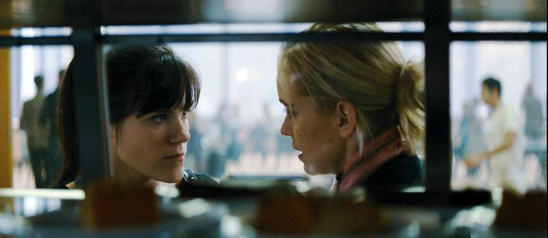 Juliane (Nina Hoss) sucht Rat bei ihrer Freundin Emily (Fritzi Haberlandt). – Bild: ZDF und Peter Przybylski
