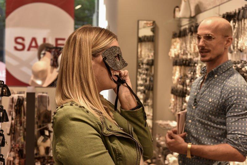 Curvy-Model Angelina Kirsch mit Shopping Begleitung Oliver Tienken – Bild: VOX