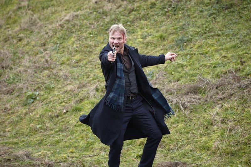 Peter Reimann (Oli Bigalke) versucht zu fliehen... – Bild: RTL Crime / Guido Engels