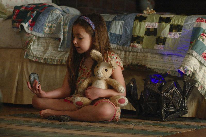 Mit der Unterstützung von Mimzy müssen Noah und Emma (Rhiannon Leigh Wryn) zwischen Gegenwart und Zukunft vermitteln ... – Bild: Warner Brothers Lizenzbild frei