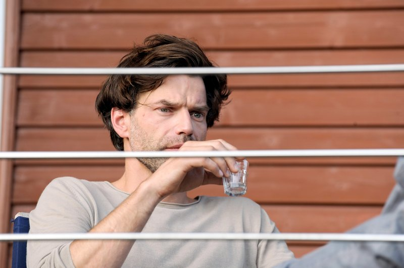 Tom (Johannes Brandrup) ist traurig, dass seine Beziehung zu Lena nicht besser wird und ertränkt den Schmerz im Alkohol. – Bild: SRF 1