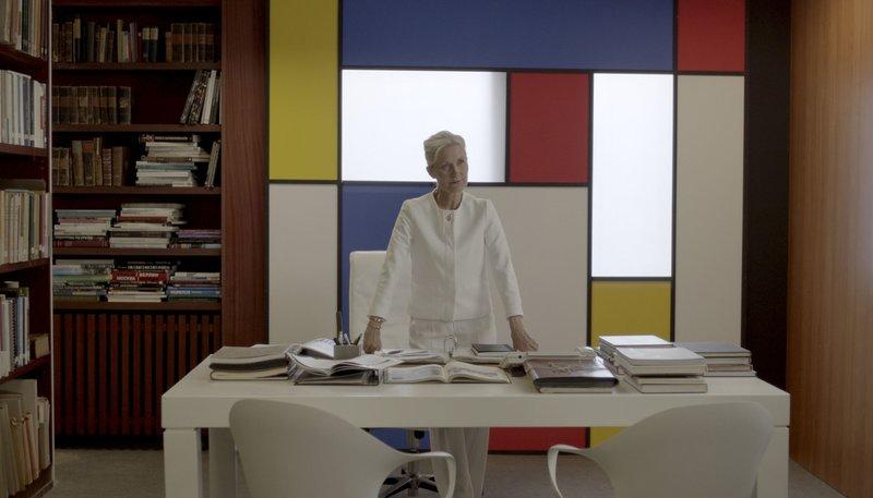 Dr. Holst (Hedi Kriegeskotte) ist Leiterin der Kunstausstellung. – Bild: NDR/Tamtam Film GmbH