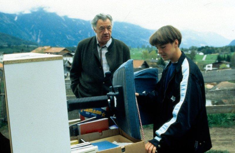 Nach dem Tod seines Vaters zieht Maxl (Manuel Guggenberger, r.) mit seiner Schwester in das Haus von Pankraz (Walther Reyer, l.). Als das Jugendamt Maxl ins Heim überweisen will, reißt er kurzentschlossen aus ... – Bild: Beta Film GmbH Lizenzbild frei