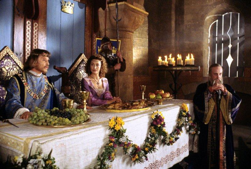 König Arthur (Michael York, li.) und Queen Guinevere (Amanda Donohoe) sind von Vivian begeistert. Nur Zauberer Merlin (Ian Richardson) traut ihr nicht über den Weg. – Bild: Disney Channel