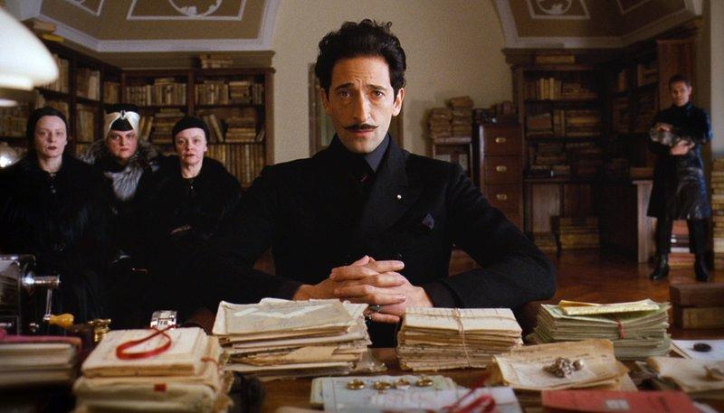 Dmitri (Adrien Brody, Mitte) schreckt vor nichts zurück, um sein Erbe einzustreichen. – Bild: ARD Degeto/ 2014 Twentieth Century Fox Film Corporation