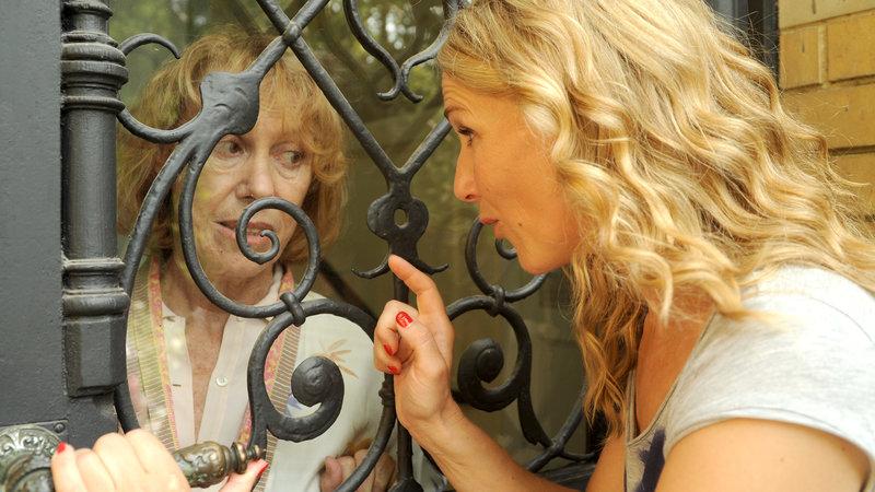 Greta (Gaby Dohm, l.) hat Marie (Tanja Wedhorn) kurzerhand ausgesperrt. – Bild: ZDF und Hans Joachim Pfeiffer
