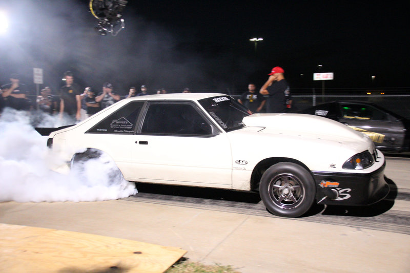 Chuck smoking his tires in his race against Trevor Holland. – Bild: Discovery Channel / Discovery Communications