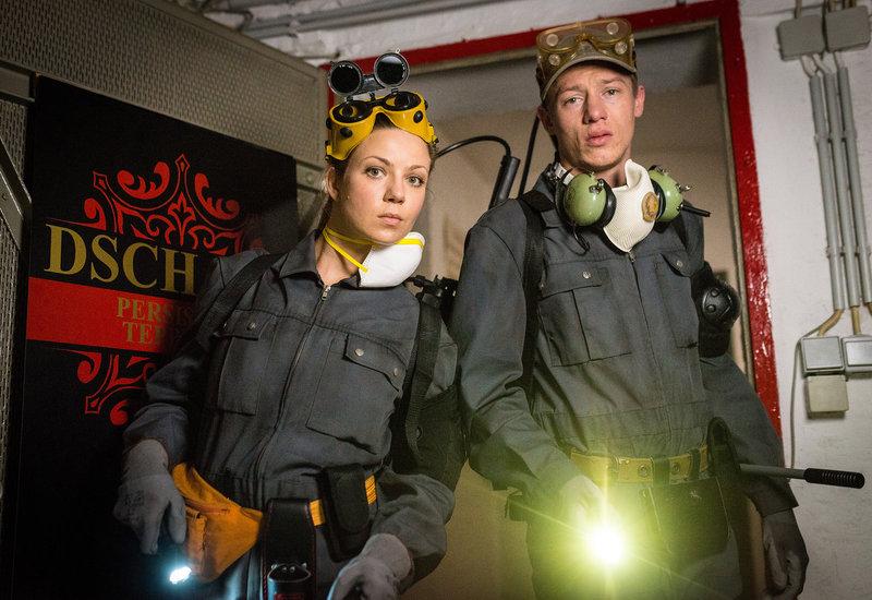 Die Kammerjäger Sanne (Katrin Ingendoh, li.) und Flo (Vincent Krüger, re.) verschaffen sich heimlich Zutritt zum Teppichkontor der Familie Dschami. – Bild: NDR/Boris Laewen