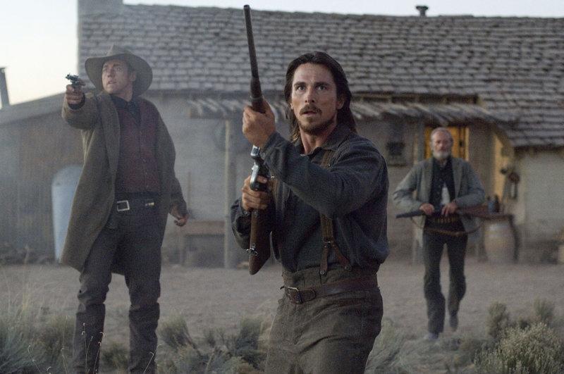 Wenn Dan Evans (Christian Bale) nicht bald etwas unternimmt, könnte der Farmer sein Land verlieren. – Bild: Sony AXN