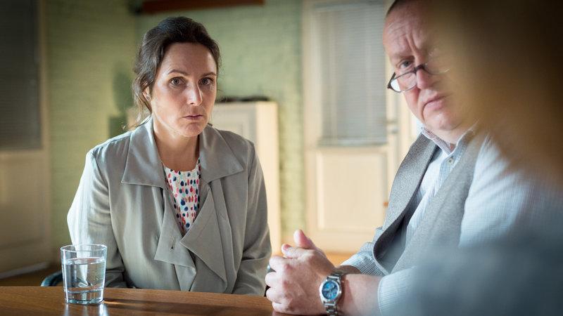 Per SMS hat Ehemann Jörg Carla Grünwald (Sanne Schnapp) gedroht, dass sie ihn und die Kinder nie mehr wiedersehen werde. Für die SOKO beginnt ein Kampf gegen die Zeit. – Bild: ZDF und ZDF/Meyerbroeker