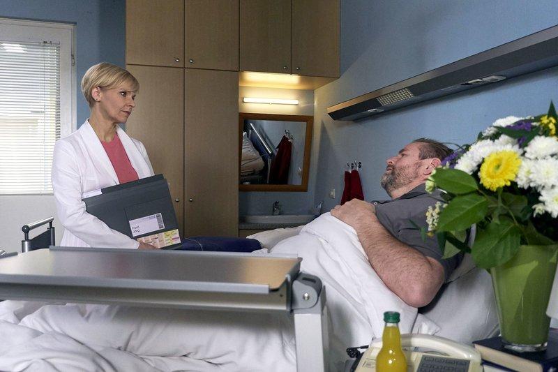 Dr. Kathrin Globisch (Andrea Kathrin Loewig) hat keine guten Nachrichten für Jörg Frost (Felix Vörtler). Auch sie kann keine Ursache für Jörgs jahrelange Schmerzen finden. Kathrin schlägt Jörg eine Schmerztherapie vor. Doch das bedeutet, dass nicht die Ursache der Schmerzen, sondern nur die Symptome behandelt werden. – Bild: MDR/Saxonia Media Filmproduktion/Wernicke