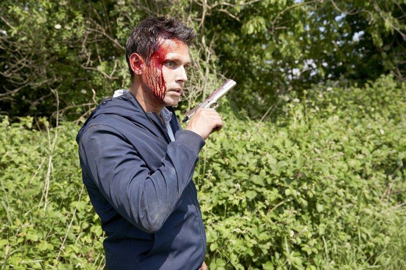 Ein verwirrter und verletzter Mann (Joshua Grothe) torkelt aus dem Wald mitten auf die Autobahn. Die Pistole in seiner Hand deutet darauf hin, dass er jemanden getötet haben könnte... – Bild: RTL