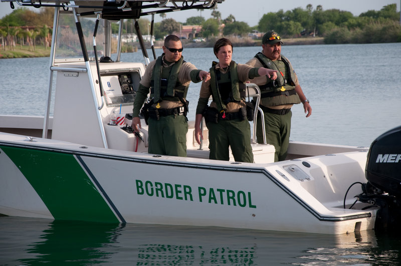 TEXAS, USA: Border Patrol agents point at a sign of activity on the Rio Grande, the river on the Texas-Mexico border. With heightened land enforcement fueling human smuggling by sea, the Border Patrol has had to introduce new boat models for the pursuit of high-speed vehicles. (Photo Credit: © NGT) – Bild: Kevin Cunningham / NGT/ Kevin Cunningham / National Geographic Channels / NGT