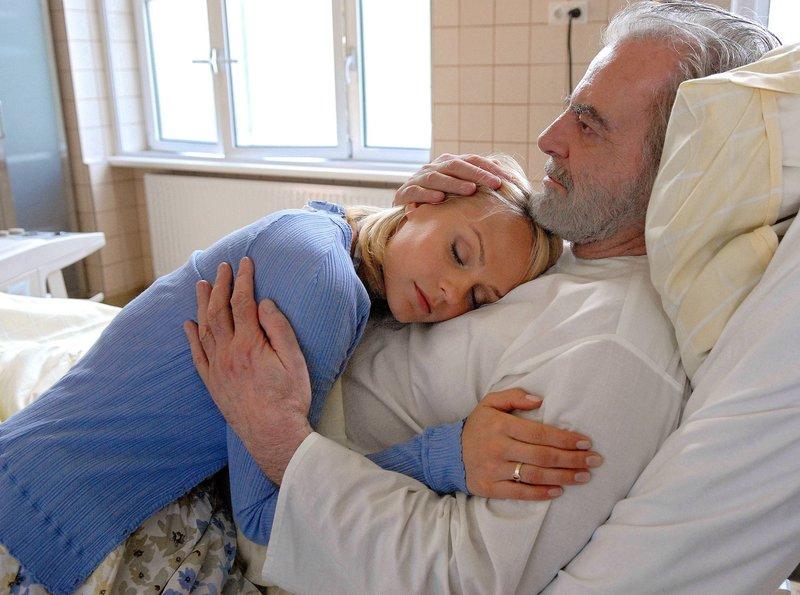 Marie (Mirjam Weichselbraun) ist glücklich und erleichtert, als sie erfährt, dass der Parfüm-Unternehmer Weidemann (Maximilian Schell) ihr leiblicher Vater ist. – Bild: ARD Degeto/Magdalena Mate