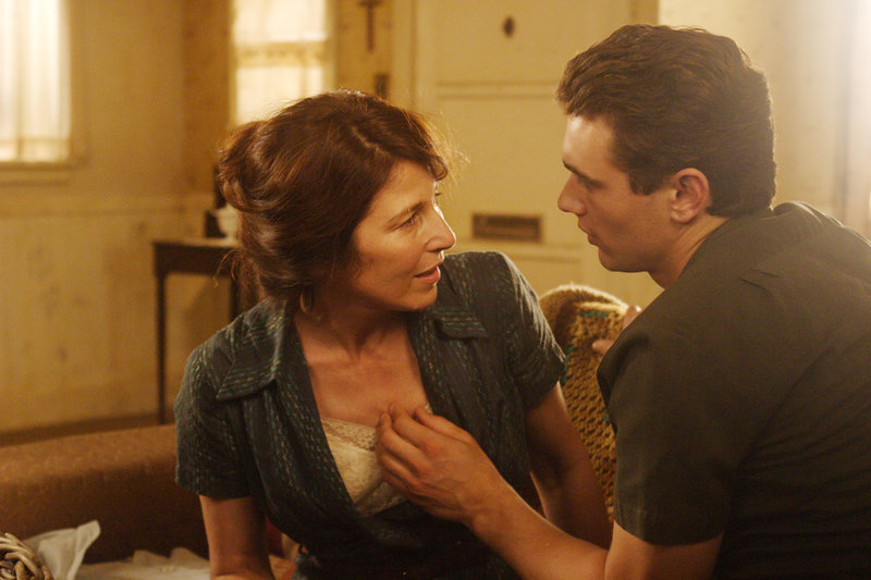 Gertrude Baniszewski (Catherine Keener) und ihr Liebhaber Andy (James Franco). – Bild: RRS