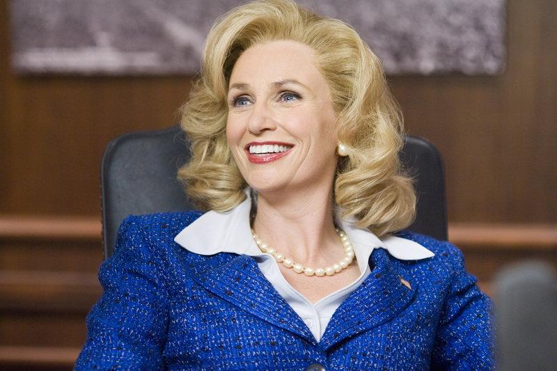 Die Senatorin Kay Bee Hartmann (Jane Lynch) ahnt nicht, dass sie ihre Tochter mit drei Babysittern, die mit Bier und Bikini endlich nachholen wollen, was ihnen immer versagt blieb, in den Urlaub schickte ... – Bild: Warner Bros. Lizenzbild frei