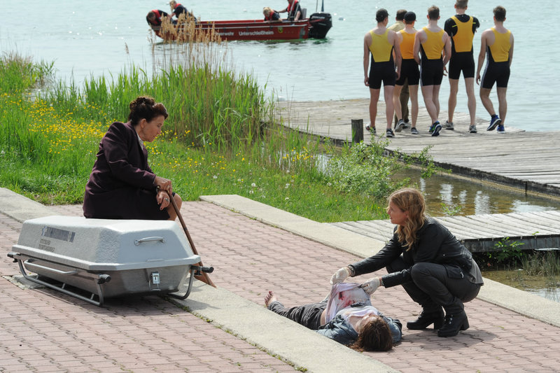 Die 15-jährige Nadja Harms wird tot in einem Fluss gefunden. Vera Lanz (Katharina Böhm, r.) ermittelt mit der neuen Rechtsmedizinerin Dr. Rüders (Tatja Seibt, l.). – Bild: ZDF und Michael Marhoffer