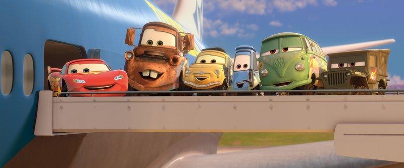 (v.l.) Lightning McQueens (gesprochen von Manou Lubowski) Freunde Hook (gesprochen von Reinhard Brock), Luigi (gesprochen von Rick Kavanian), Guido, Fillmore und Sarge sind zur Stelle, wenn sie gebraucht werden. – Bild: Disney/Pixar