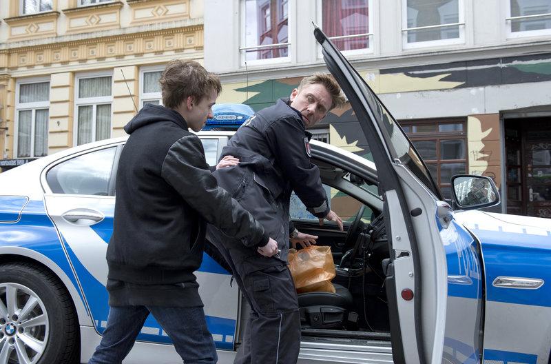 Der 12-jährige Marvin (Niklas Post, l.) fällt völlig überraschend Piet Wellbrook (Peter Fieseler, r.) mit einem Teppichmesser an und verletzt ihn schwer am Bein. – Bild: ARD/Thorsten Jander