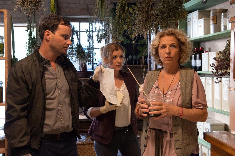 Christian Schubert (Simon Eckert, l.) und Kerstin Klar (Fiona Coors, M.) konfrontieren Ida Meisinger (Michaela May, r.) mit einem Durchsuchungsbeschluss. – Bild: ZDF und ©Andrea Enderlein