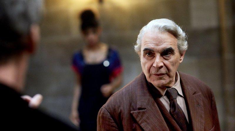 v.l.n.r. Doctor Who (Peter Capaldi), Bill (Pearl Mackie) und The Landlord (David Suchet). – Bild: WDR/BBC/Simon Ridgway