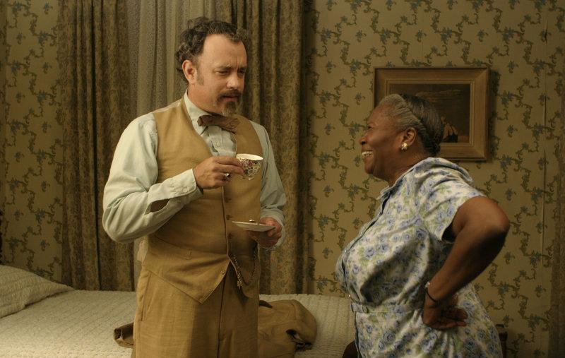 Professor G.H. Dorr (Tom Hanks) gibt sich als Musiker aus, um in Mrs. Munsons (Irma P. Hall) Keller proben zu dürfen. Dabei wollen er uns seine Kumpanen einen Tunnel von ihrem Keller aus zu einem Casino graben. – Bild: HBO/Forum Film Poland/Archiwum