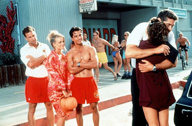 Gerührt sehen April (Kelly Packard, 2.v.l.) und Manny (Jose Solano, M.) zu, wie Mitch (David Hasselhoff, 2.v.r.) sich von Caroline (Yasmine Bleeth) verabschiedet. – Bild: Nitro.
