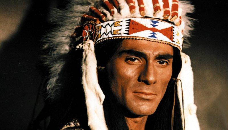 Tohei-ihto (Gojko Mitic), der Sohn des getöteten Häuptlings Mattotaupa, lässt sich nicht von den Angeboten der Weißen bestechen. Er will den Tod seines Vaters rächen und seinem Stamm das ihnen vertraglich zugesicherte Gebiet in den Black Hills zurückgeben. – Bild: mdr/rbb/Progress Filmverleih/Waltraut Pathenheimer