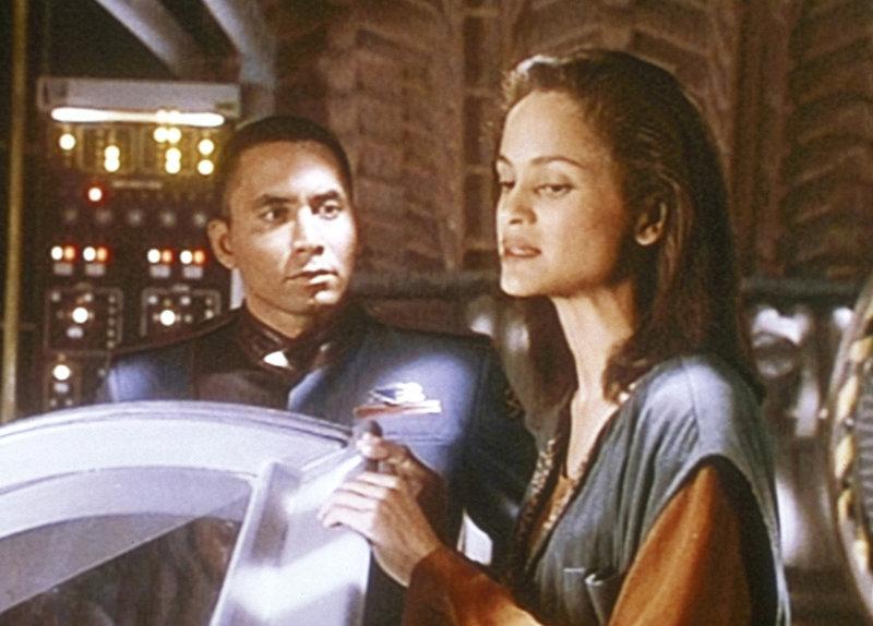 Cirrus (Anne-Marie Johnson, r.) wird von Dr. Franklin (Richard Biggs,l.) befragt, wie es zu dem merkwürdigen Tod ihres Mannes kam. – Bild: ProSieben MAXX