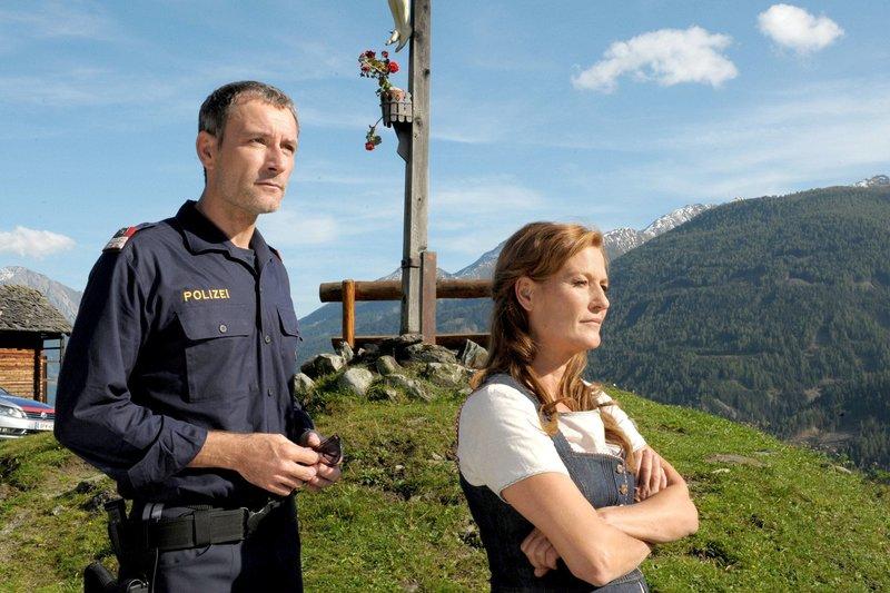 Mit Unterstützung des Dorfpolizisten Josef (Heikko Deutschmann) will Anna (Suzanne von Borsody) der Wahrheit auf die Spur kommen. – Bild: ARD Degeto/Lisa Film/O. Roth