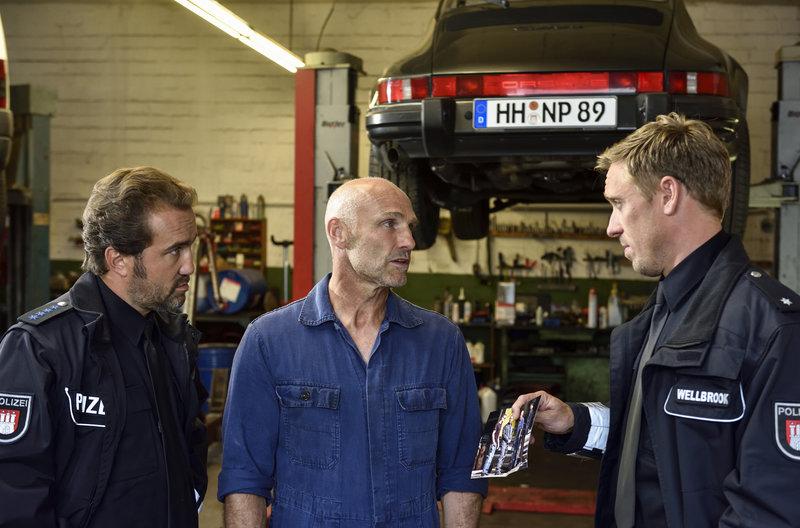 Paul Dänning (Jens Münchow, l.) und Piet Wellbrook (Peter Fieseler, r.) ermitteln in der Werkstatt von Burim Mataj (Thomas Wüpper, M.). – Bild: ARD/Markus Hertrich