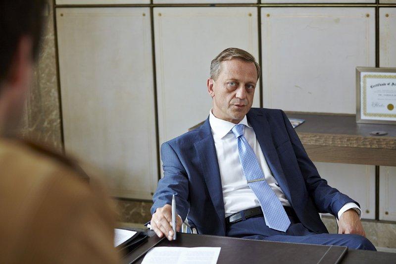 Dr. Herbst (Carl Achleitner) wird von den Kommissaren zu dem brandneuen Medikament und seiner Verbindung zu Dr. Adamek befragt, doch der aalglatte Vorstandschef gibt sich unwissend. – Bild: RTL / Guido Engels
