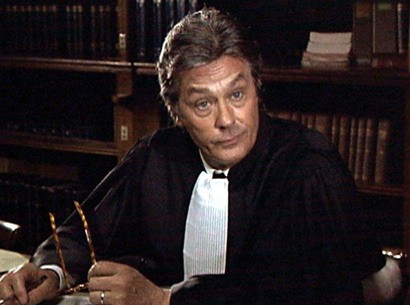 """Der Anwalt Charles Dunand (Alain Delon) ist sich seiner Sache einmal mehr sicher. – Bild: """"ARD Degeto"""" (S 2)"""