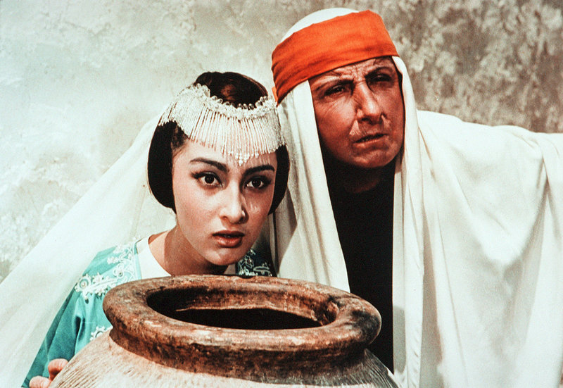 Prinzessin Budur (Dodo Tschogowadse), der Weiseste (Georgi Milljar). – Bild: MDR/Drefa